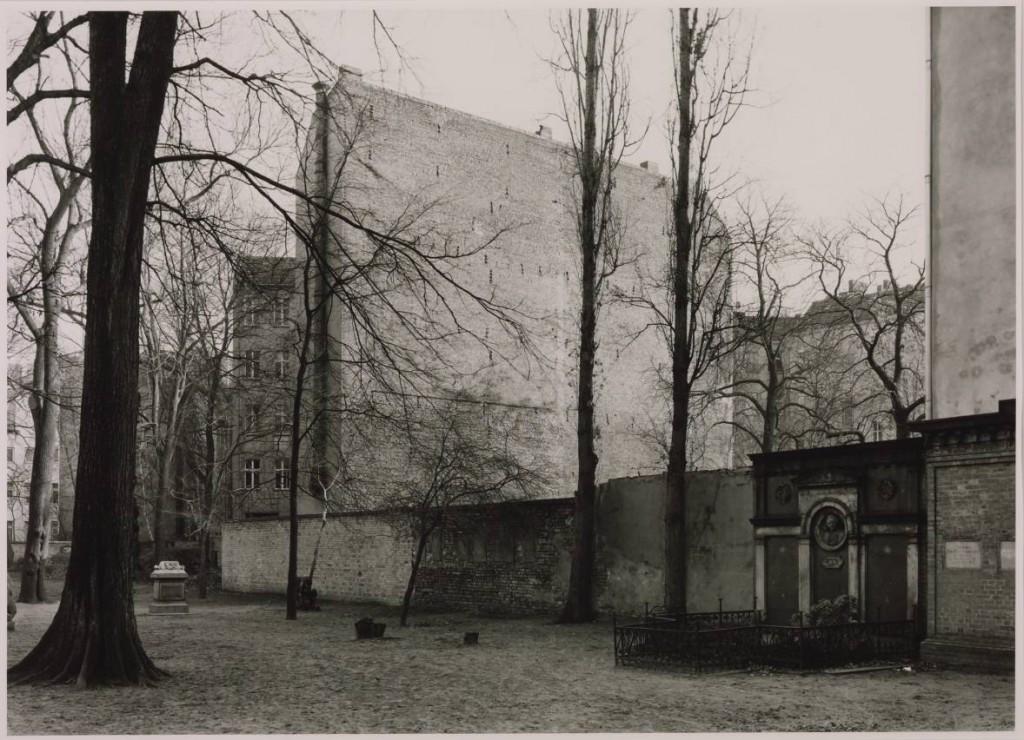 graves at the sophienkirche grosse hamburger strasse berlin 1992 1992 by thomas struth born. Black Bedroom Furniture Sets. Home Design Ideas